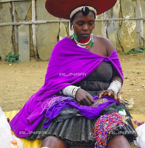 APN-F-011525-0000 - Una donna in abiti tradizionali durante la lavorazione di perline, Sud Africa, KwaZulu Natal - Data dello scatto: 1990 - David Goldblatt / Africamediaonline/Archivi Alinari, Firenze