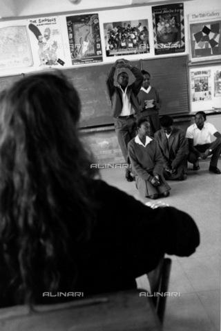 APN-F-014597-0000 - South Africa Johannesburg 1993Barnato park high school a teacher watches students act out a poem educationPhotograph Graeme Williams/South - South Photographs / Africamediaonline/Archivi Alinari, Firenze