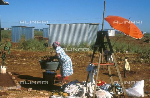 APN-F-014602-0000 - South Africa  Soweto  Johannesburg  1991: New housing development. informal settlement  washing RDP  deliveryPhoto: Graeme Williams/South - South Photographs / Africamediaonline/Archivi Alinari, Firenze