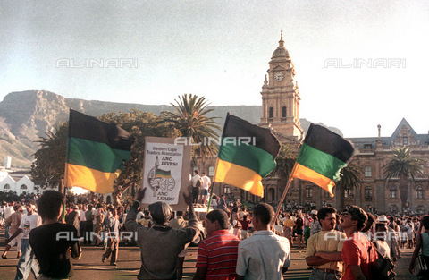 APN-F-014616-0000 - SOUTH AFRICA  CAPE TOWN  1990: ANC - African National Congress supporters rush through to Grand Parade in Cape Town after Mandela's release from prison. Government  political  flags. crowdsPhoto: Graeme Williams/South - South Photographs / Africamediaonline/Archivi Alinari, Firenze