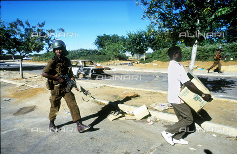 APN-F-014645-0000 - Bophutatswana  Mmabatho 1990: Shops were looted during violent demonstrations. Political unrest  goverment.Photograph: Graeme Williams/South Photograph - South Photographs / Africamediaonline/Alinari Archives, Florence