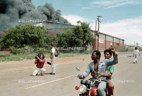 APN-F-014672-0000 - South Africa  Garankuwa  Bophutatswana  1990: Protest against the goverment. Violence  political  unrest  burning  razing. Journalists  TV crews  photographersPhotograph: Graeme Williams/ South Photographs - South Photographs / Africamediaonline/Alinari Archives, Florence