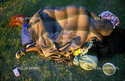 APN-F-014677-0000 - SOUTH AFRICA  Johannesburg  1990: Homeless mother and child. Unemployment  destitute  poverty  childrenPhoto: Graeme Williams/South - South Photographs / Africamediaonline/Alinari Archives, Florence