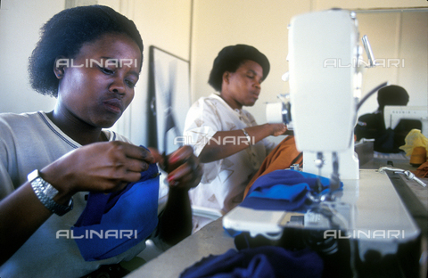 APN-F-016602-0000 - A group of women to work in a small business in Durban - Data dello scatto: 1996 - Paul Weinberg / Africamediaonline/Alinari Archives, Florence