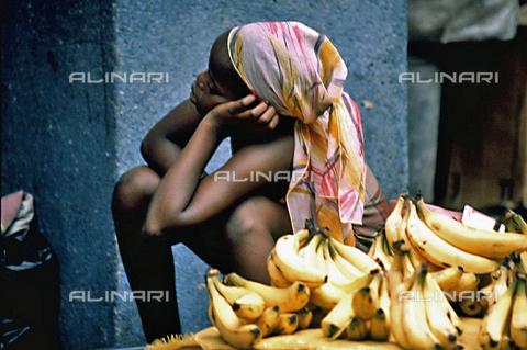 APN-F-028643-0000 - Una bambina vende banane a Maputo, Mozambico - Data dello scatto: 2005 - Graeme Williams/South Photographs / Africamediaonline/Archivi Alinari, Firenze