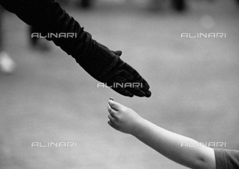 APN-F-030821-0000 - Mano di bambino con una moneta e mano guantata, Londra - Data dello scatto: 2004 - Athol Rheeder/AfriLife / Africamediaonline/Archivi Alinari, Firenze
