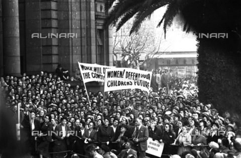 APN-F-036578-0000 - SAED: POLITICS: WOMEN: 1955 - Womens March (Photograph by Drum Photographer Baileys Archives) neg T25 - Baileys African History Archive / Africamediaonline/Alinari Archives, Florence