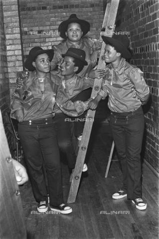 APN-F-036594-0000 - GCP: MUSIC: 3APR1971 - Izintombi Zesimanje-Manje - (Photograph by Len Kumalo Baileys Archive) - Baileys African History Archive / Africamediaonline/Alinari Archives, Florence