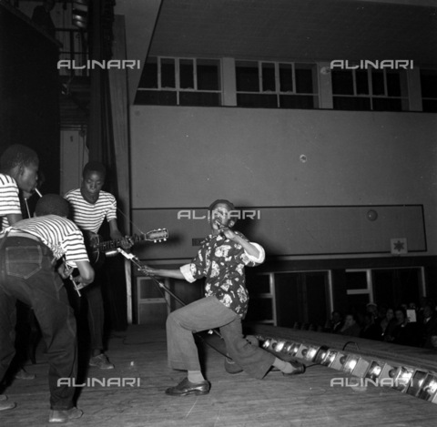 APN-F-036810-0000 - SAED: MUSIC: 1959 - Penny Wistlers, Barney Rachabane with his troupe from Alexandra. (Photograph by Drum photographer Baileys Archive) - Baileys African History Archive / Africamediaonline/Alinari Archives, Florence