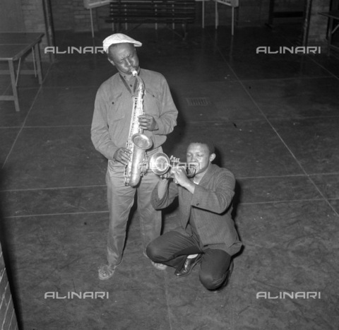 APN-F-036839-0000 - SAED: MUSIC: PERSONALITY: 1959 - Battle Of The Bands, Dorkay House Johannesburg - Gwigwi Mwrebi, Hugh Masekela. (Photograph by Drum Baileys Archives) - Baileys African History Archive / Africamediaonline/Alinari Archives, Florence