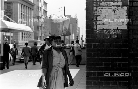 APN-F-036998-0000 - SAED: SOCIAL: 1958 -What People Carry On Their Heads. (Photograph by Drum photographer Baileys Archive) - Baileys African History Archive / Africamediaonline/Alinari Archives, Florence