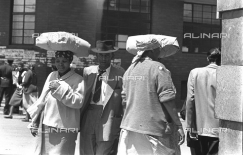APN-F-037001-0000 - SAED: SOCIAL: 1958 -What People Carry On Their Heads. (Photograph by Drum photographer Baileys Archive) - Baileys African History Archive / Africamediaonline/Alinari Archives, Florence