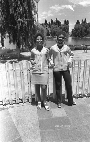 APN-F-116269-0000 - SAED: BEAUTIES: PERSONALITY: NODATE - Charmain Mojadji, Sonto Mazibuko - (Photograph by Drum Photographer © Baileys Achives) - Africamediaonline/Alinari Archives, Florence, Baileys African History Archive