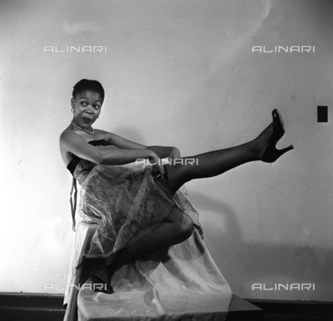 APN-F-116279-0000 - SAED:  BEAUTY: JUN1956 - Cookie Makapela, Sophiatown's famous socialite, is an advertising model and Pin-up. She started a heat-wave with this striking pose, pretty high, hey(Photograph by Drum Photographer © Baileys Archives) negT242 model p4 - Africamediaonline/Alinari Archives, Florence, Baileys African History Archive