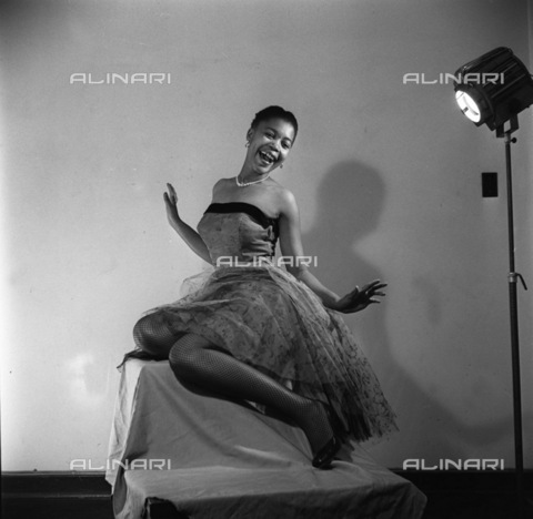 APN-F-116280-0000 - SAED:  BEAUTY: JUN1956 - Cookie Makapela, Sophiatown's famous socialite, is an advertising model and Pin-up. She started a heat-wave with this striking pose, pretty high, hey(Photograph by Drum Photographer © Baileys Archives) negT242 model p4 - Africamediaonline/Alinari Archives, Florence, Baileys African History Archive