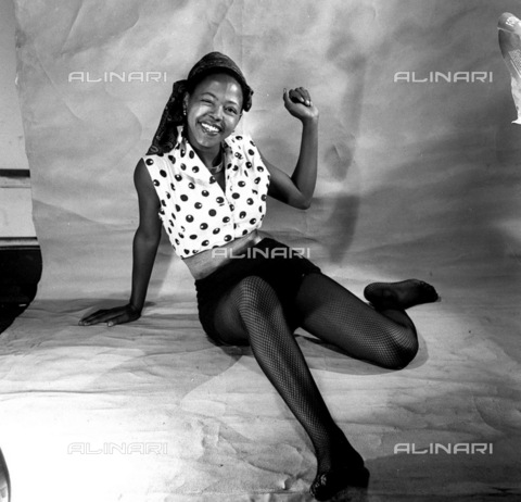 APN-F-116289-0000 - SAED: BEAUTIES: MAR1953 - Francinah Monareng our lovely cover girl. 'Roll up, roll up,' she cries, 'and send your pictures to the Beauty contest' (Photograph by Jurgen Schaderberg © Baileys Archives) neg 245 model - Africamediaonline/Alinari Archives, Florence, Baileys African History Archive