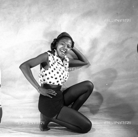 APN-F-116290-0000 - SAED: BEAUTIES: MAR1953 - Francinah Monareng our lovely cover girl. 'Roll up, roll up,' she cries, 'and send your pictures to the Beauty contest' (Photograph by Jurgen Schaderberg © Baileys Archives) neg 245 model - Africamediaonline/Archivi Alinari, Firenze, Baileys African History Archive