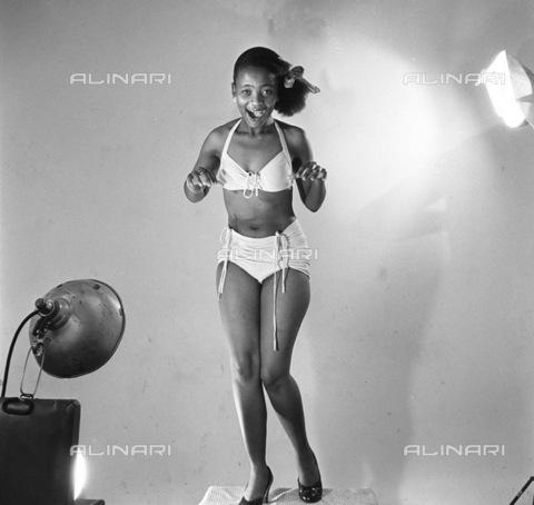 APN-F-116292-0000 - SAED: BEAUTIES: JUL1955 - Bertie Dlamini (Photograph by Jurgen Schaderberg © Baileys Archives) neg 270 Model - Africamediaonline/Archivi Alinari, Firenze, Baileys African History Archive