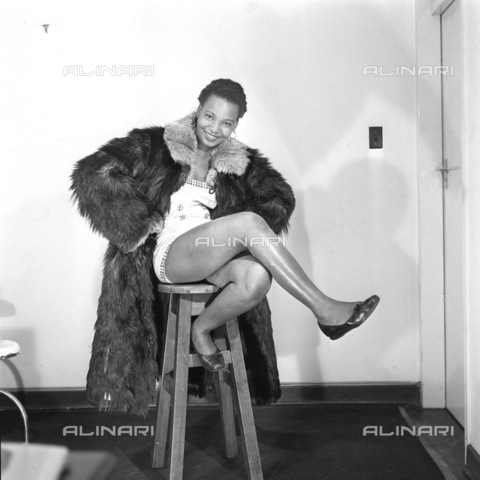 APN-F-116296-0000 - SAED: BEAUTIES: 1956 - Marlene Mafate - Model In Fur Coat - (Photograph by Drum Photographer © Baileys Archives) negT402 model - Africamediaonline/Archivi Alinari, Firenze, Baileys African History Archive