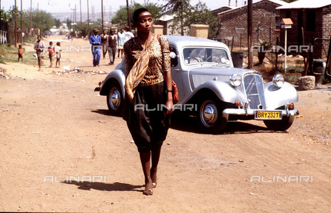 APN-F-116308-0000 - SAED: BEAUTY: PERSONALITY: 1970s - Millicent Mseleku - (Photograph by Drum Photographer © BAHA) Petr Magubane's car - Africamediaonline/Archivi Alinari, Firenze, Baileys African History Archive