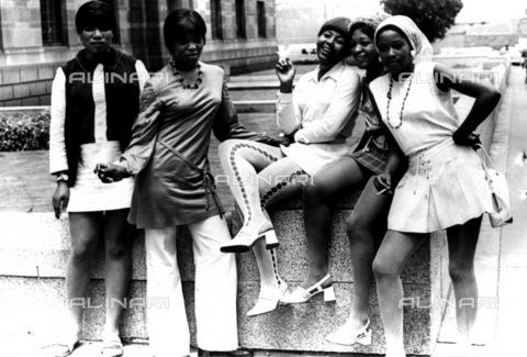 APN-F-116314-0000 - GCP: SOCIAL: BEUTY: FASHION: 28JAN1971 - Spectators Immorality - (Photograph by Len Kumalo © BAHA) - Africamediaonline/Archivi Alinari, Firenze, Baileys African History Archive
