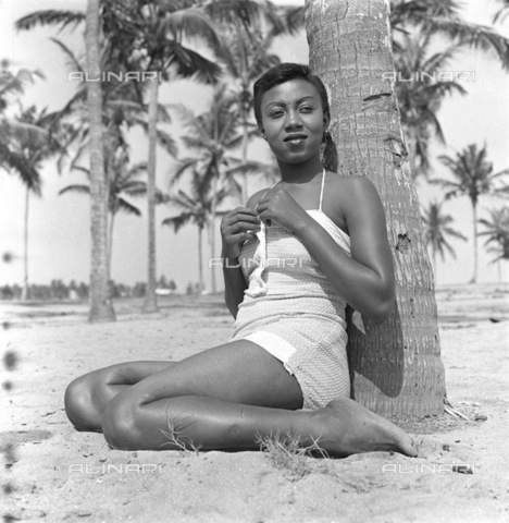 APN-F-116316-0000 - SAED:  BEAUTY-No date - Barbara Hyde, West Africa (Photograph by Drum Photographer © Baileys Archives) - Africamediaonline/Archivi Alinari, Firenze, Baileys African History Archive