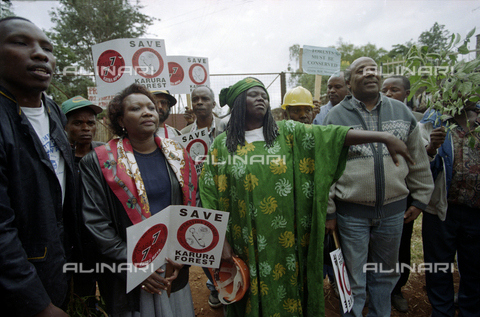 APN-F-253894-0000 - The environmental activist Wangari Muta Maathai (1940-2011), Nobel Peace Prize in 2004, during a demonstration in defense of Karura Forest - Data dello scatto: 20/03/2009 - Africamediaonline/Alinari Archives, Florence