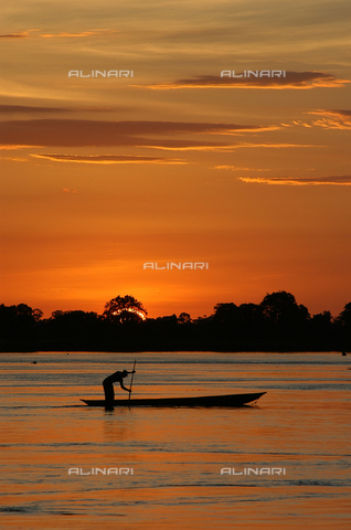 APN-F-296049-0000 - A man at work on the Congo River at sunset, Mbandaka - Data dello scatto: 2006 - Riccardo Gangale / Africamediaonline/Alinari Archives, Florence