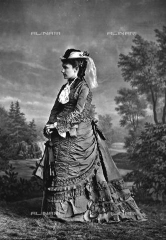 ARA-F-00091M-0000 - Portrait of lady in elegant day dress