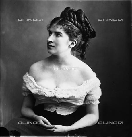 ARA-F-00111M-0000 - Portrait of lady with elegant hairstyle