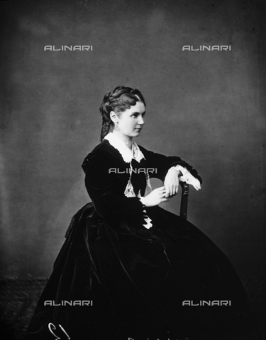 ARA-F-00354M-0000 - Portrait of young woman, sitting, in nineteenth century costume
