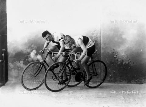 ARA-F-01542M-0000 - Couple of cyclists