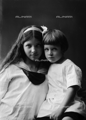 ARA-S-05535M-0001 - Ritratto di due bambine; la foto è stata commissionata da Madame Soulier, villa Panciatichi-via Lippi 8 - Data dello scatto: 05/12/1916 - Archivi Alinari, Firenze