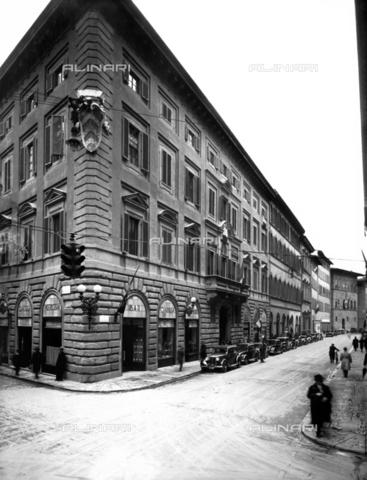 ARC-F-010745-0000 - Palazzo Viviani della Robbia con il Caffè-Pasticceria Giacosa, Via Tornabuoni, Firenze - Data dello scatto: 1900-1910 ca. - Archivi Alinari, Firenze