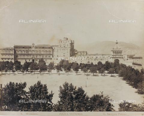 AVQ-A-000003-0008 - Veduta di Piazza della Vittoria a Palermo con il Palazzo dei Normanni - Data dello scatto: 1880-1890 - Raccolte Museali Fratelli Alinari (RMFA), Firenze