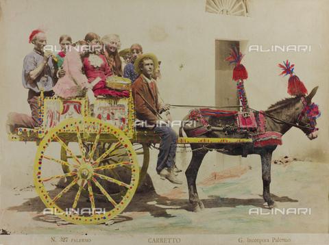 AVQ-A-000003-0010 - Un gruppo di persone su un carretto siciliano trainato da un asino, Palermo - Data dello scatto: 1880-1890 - Raccolte Museali Fratelli Alinari (RMFA), Firenze