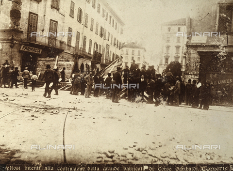 AVQ-A-000024-0003 - The Milan Riots of 6-8 May 1898: citizens in revolt construct the great barricade of Corso Garibaldi. - Data dello scatto: 06-09/05/1898 - Archivi Alinari, Firenze