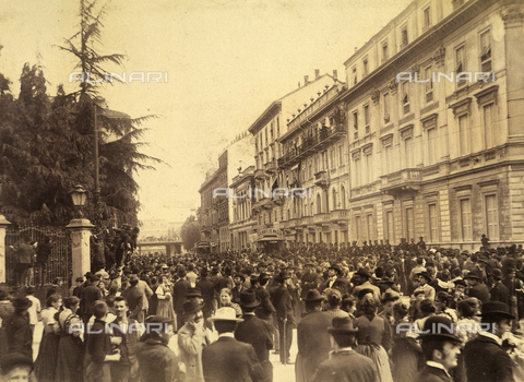 AVQ-A-000024-0004 - The Milan Riots of 6-8 May 1898: demonstrators gathered on Via Principe Umberto. - Data dello scatto: 06-09/05/1898 - Archivi Alinari, Firenze