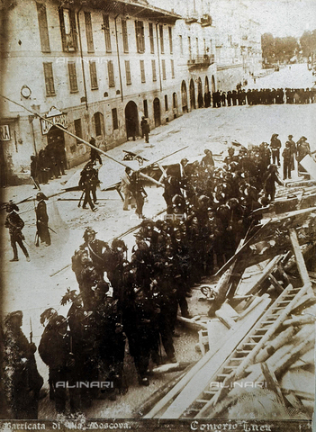 "AVQ-A-000024-0005 - The Milan Riots of 6-8 May 1898: ""bersagliere"" soldiers at the barricade of Via Moscova. - Data dello scatto: 06-09/05/1898 - Archivi Alinari, Firenze"