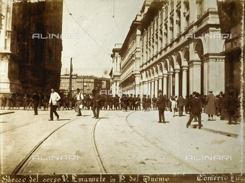AVQ-A-000024-0015 - The Milan Riots, 6-9 May 1898: military of General Bava Beccaris' army are lined up at the opening of Corso Vittorio Emanuele onto Piazza del Duomo. - Data dello scatto: 06-09/05/1898 - Archivi Alinari, Firenze