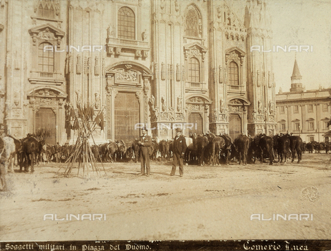 AVQ-A-000024-0016 - The Milan Riots, 6-9 May 1898: two men photographed in front of the Cathedral's facade; behind them,military and horses of General Bava Beccaris' army. - Data dello scatto: 06-09/05/1898 - Archivi Alinari, Firenze