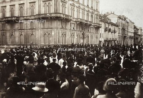 AVQ-A-000024-0017 - The Milan Riots, 6-9 May 1898: citizens challenge the cavalry of General Bava Beccaris' army. - Data dello scatto: 06-09/05/1898 - Archivi Alinari, Firenze