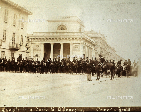 AVQ-A-000024-0020 - The Milan Riots of 6-9 May 1898: cavalry of General Bava Beccaris' army are lined up at the customs house of Porta Venezia. - Data dello scatto: 06-09/05/1898 - Archivi Alinari, Firenze