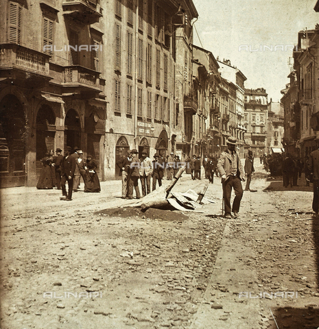 AVQ-A-000024-0024 - The Milan Riots of 6-9 May 1898: citizens in Corso di Porta Ticinese. Damage caused by the revolt is visible in the street. - Data dello scatto: 06-09/05/1898 - Archivi Alinari, Firenze