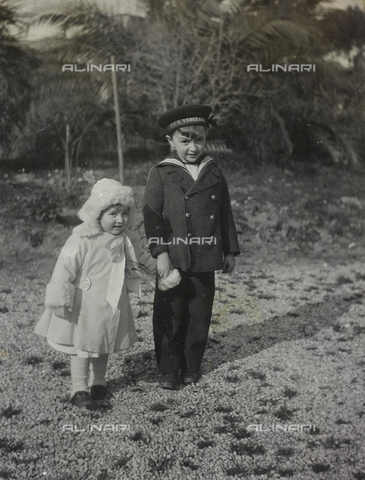 AVQ-A-000032-0002 - Portrait of two children in the countryside