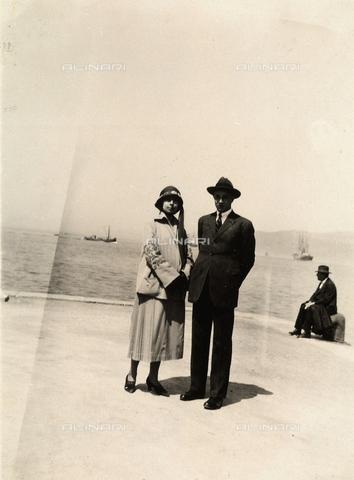 AVQ-A-000034-0077 - Ritratto a figura intera di una giovane coppia su un molo. - Data dello scatto: 1920 - 1930 ca. - Archivi Alinari, Firenze