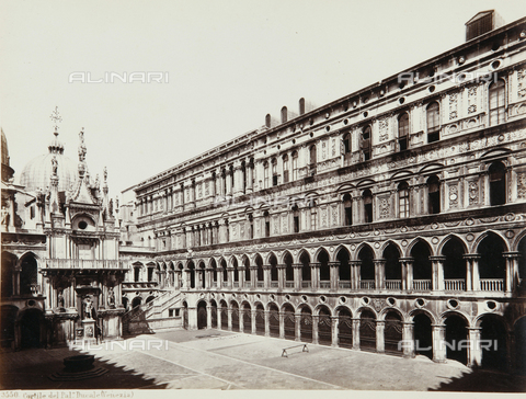 AVQ-A-000039-0007 - Courtyard of the Palazzo Ducale in Venice - Data dello scatto: 1870 ca. - Archivi Alinari, Firenze