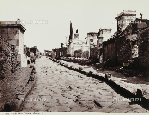 AVQ-A-000039-0103 - street of tombs in Pompeii - Data dello scatto: 1870 ca. - Archivi Alinari, Firenze