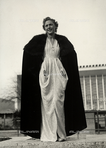 """AVQ-A-000046-0024 - Indossatrice in abito da sera, realizzato dalla sartoria """"Graldi"""". Il modello è completato da una cappa bordata di pelliccia. - Data dello scatto: 1935 - 1939 - Archivi Alinari, Firenze"""