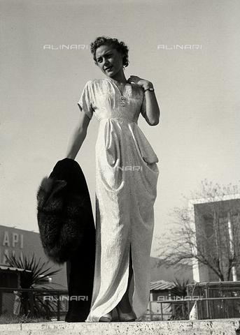 """AVQ-A-000046-0025 - Indossatrice in abito da sera, realizzato dalla sartoria """"Graldi"""". - Data dello scatto: 1935 - 1939 - Archivi Alinari, Firenze"""